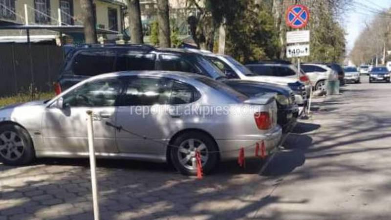 Житель Бишкека интересуется, законно ли огородили парковочные места на ул.Раззакова? (фото)