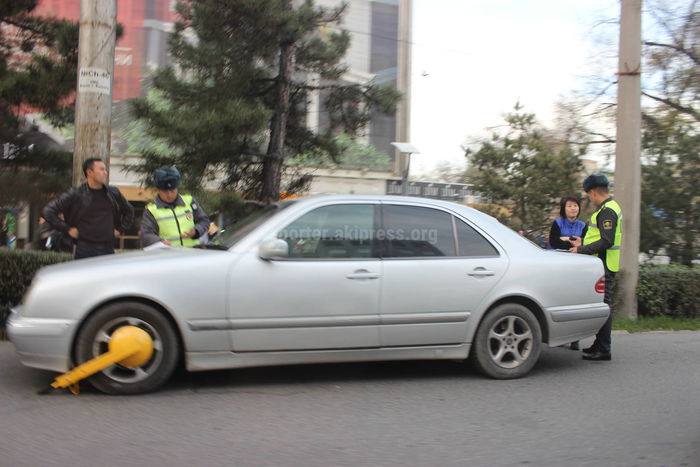 Фото — На неправильно припаркованные у ЦУМа автомашины установили блокираторы