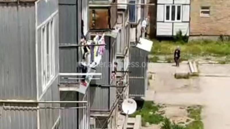 Видео — Таласе спасли девочку, которая висела на козырьке балкона
