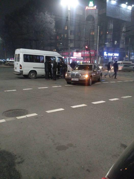 В центре Бишкека произошло ДТП с участием маршрутки (фото)