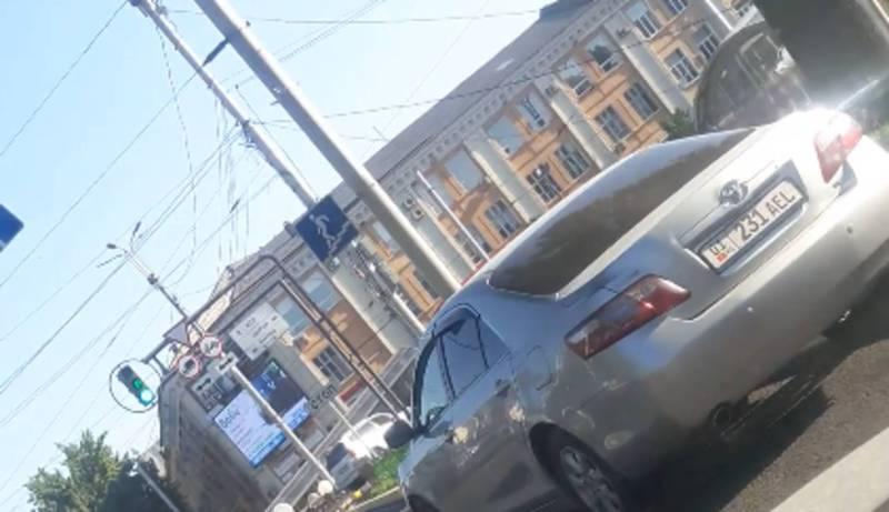 На Манаса – Чуй водитель «Тойоты» припарковался перекрыв полосу движения (видео)
