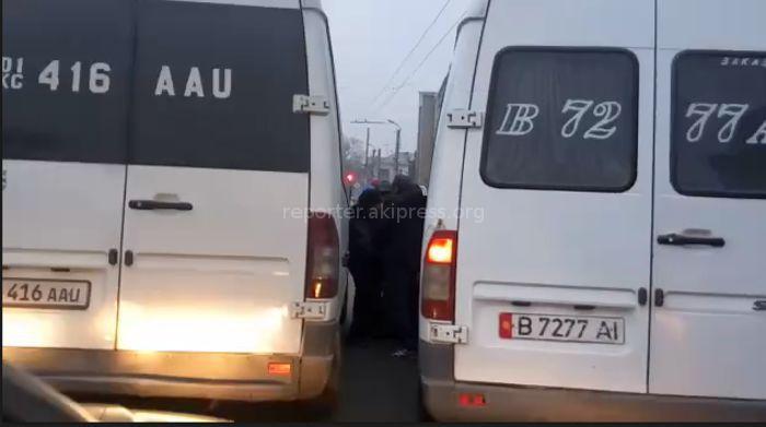 Водители двух маршруток подрались на проезжей части проспекта Чуй <i>(видео)</i>