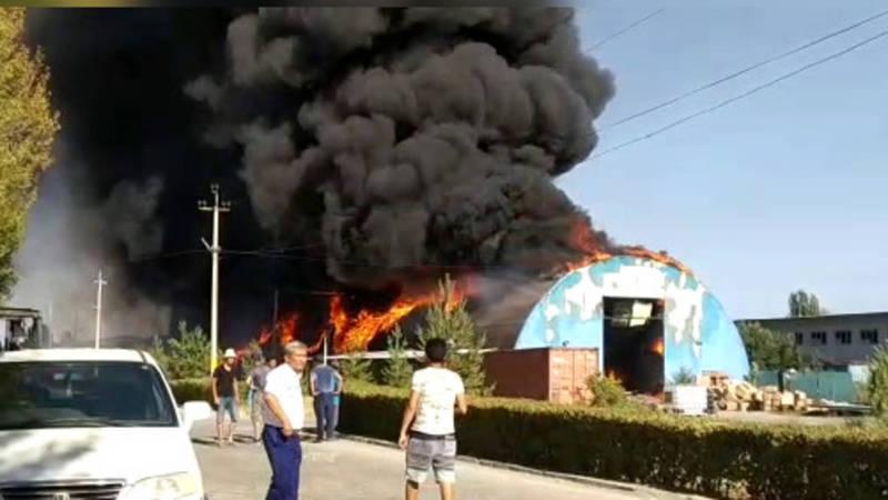 Видео — Пожар на территории СЭЗ Бишкек. Горит производственный цех