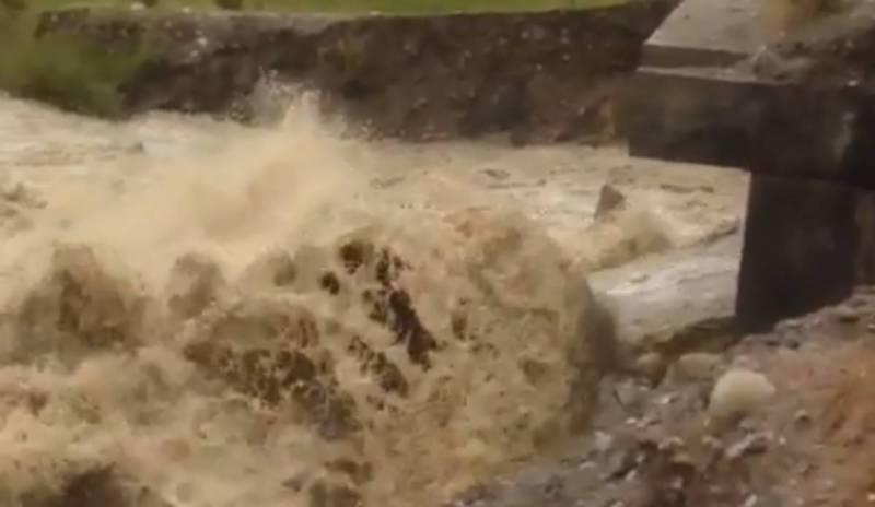 В селе Кызыл-Суу на Иссык-Куле селевые потоки могут размыть мост (видео)