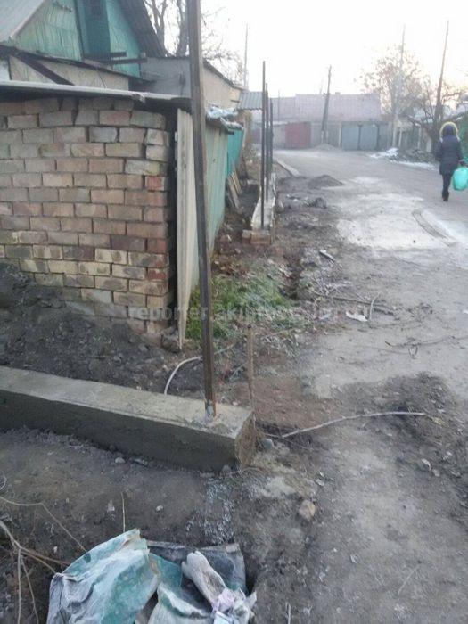 Мэрия снесет забор дома №31 по ул.Кайназаровой, если владелец не предоставит соответствующие документы