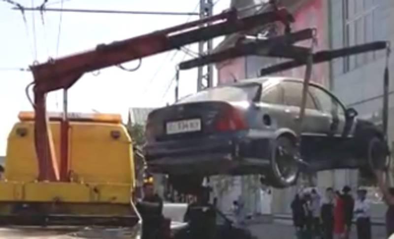 В городе Ош на улице Масалиева очевидец снял на видео работы УОБДД и эвакуатора