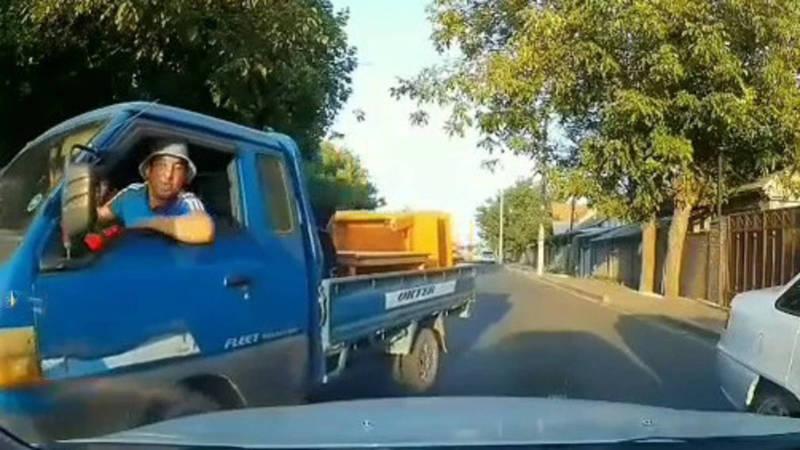 Водитель «Портера» плюнул на машину за то, что его не пропустили на встречной полосе