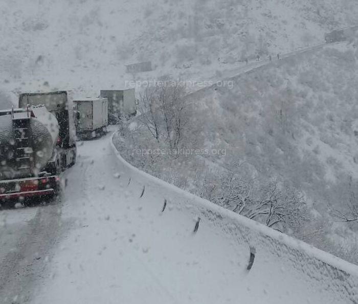 Участок перевала Төө-Ашуу автодороги Бишкек—Ош не очищен от снега (фото)
