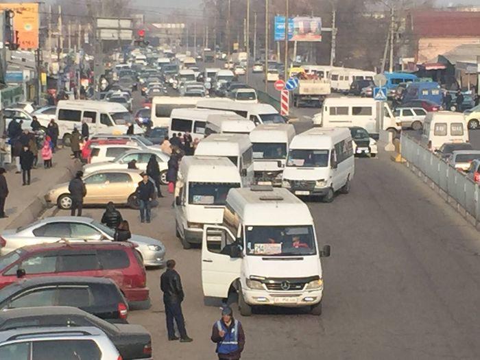 Читатель Асан просит решить вопрос с пробками возле Аламединского рынка из-за водителей маршруток
