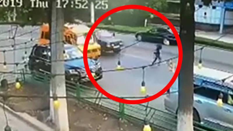 Момент автонаезда на девушку попал на видео
