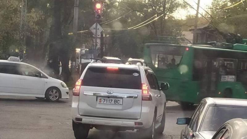Водитель «Тойоты» с госномером 7117 ВС ездит по городу, нарушая ПДД (видео)