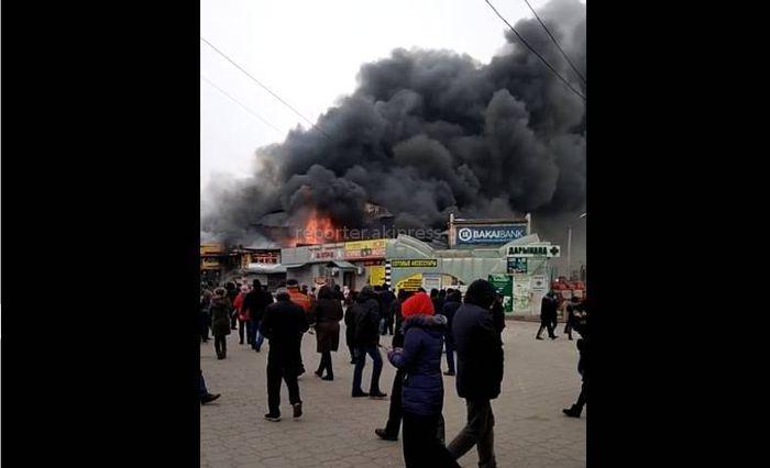 На Ошском рынке горят торговые павильоны. Фото, видео <i>(дополнено)</i>