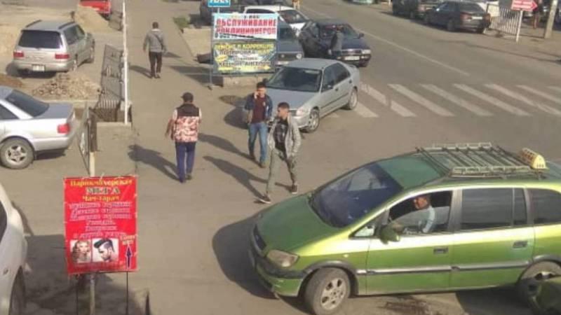 На Патриса Лумумбы - Ильменской водители паркуются, закрывая пешеходам проход (фото)
