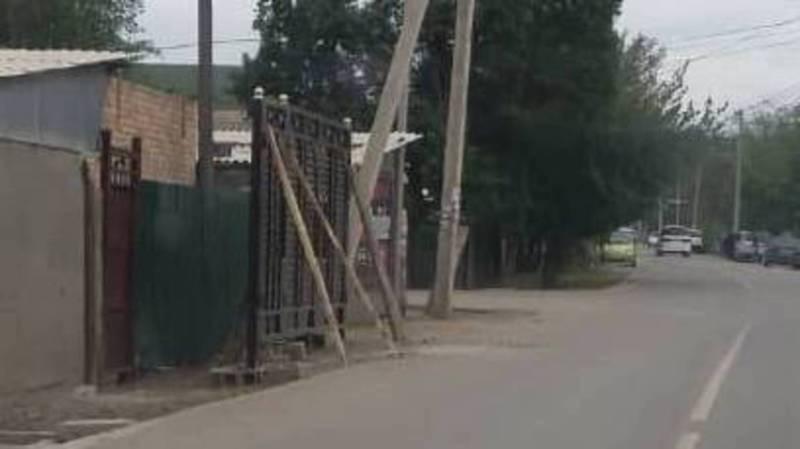 Жителей, установивших ворота впритык к дороге на Сельсоветской - Орозова, попросили предоставить правоустанавливающие документы, - мэрия