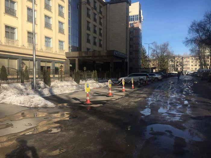Горожанин интересуется законностью ограждения парковки на Эркиндик-Чокморова (фото)