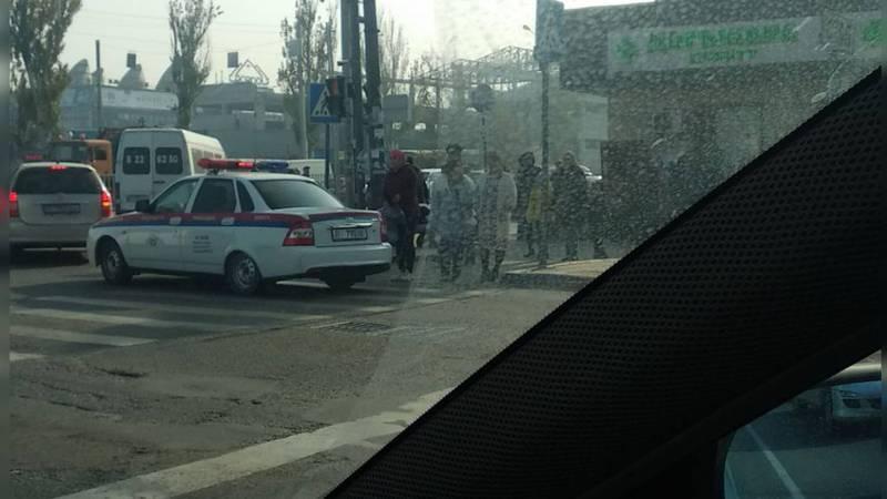На Жибек Жолу-Курманжан Датка машина патрульной службы милиции нарушила несколько ПДД, очевидец