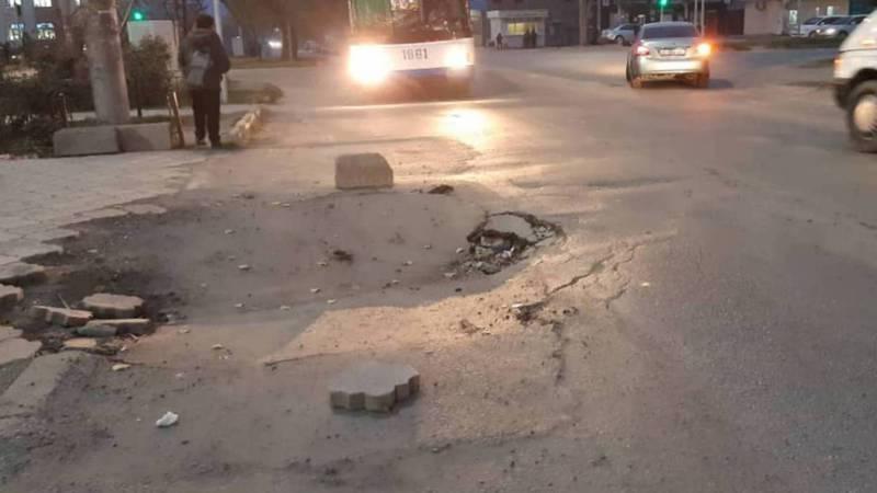 Провалившийся асфальт в Ак-Орго до сих пор не восстановлен, - жители (фото)