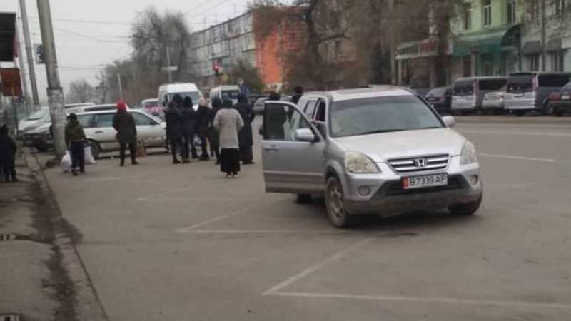 На Токтогула-Бейшеналиевой «Хонда» припарковалась на остановке