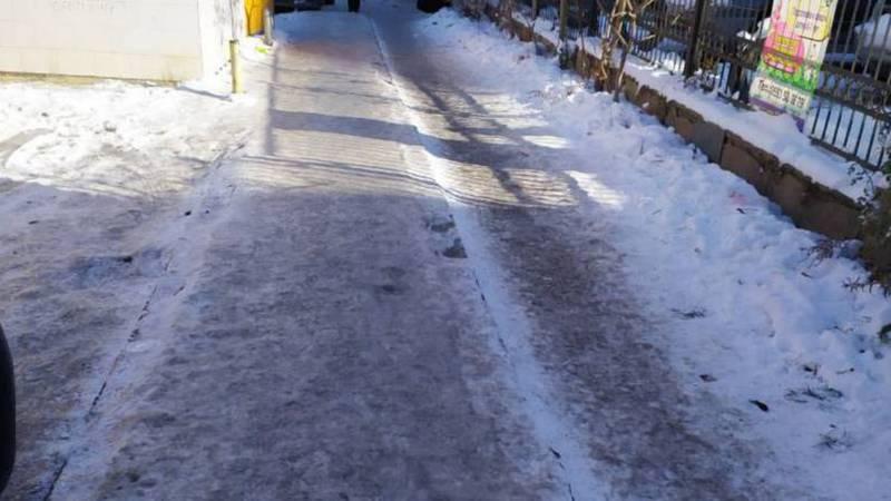 Фото — Гололед на тротуарах в 12 мкр