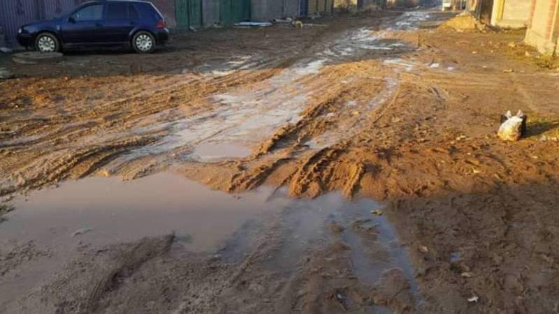 По улицам жилмассива Алтын-Ордо из-за грязи невозможно ходить, - житель (фото)