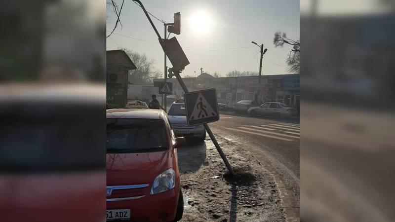 На Л.Толстого-Термечикова машина врезалась в светофор и погнула его (фото)