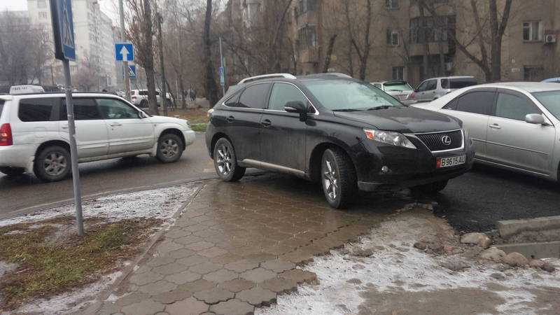 На Боконбаева-Турусбекова «Лексус» закрыл пешеходный переход. Фото