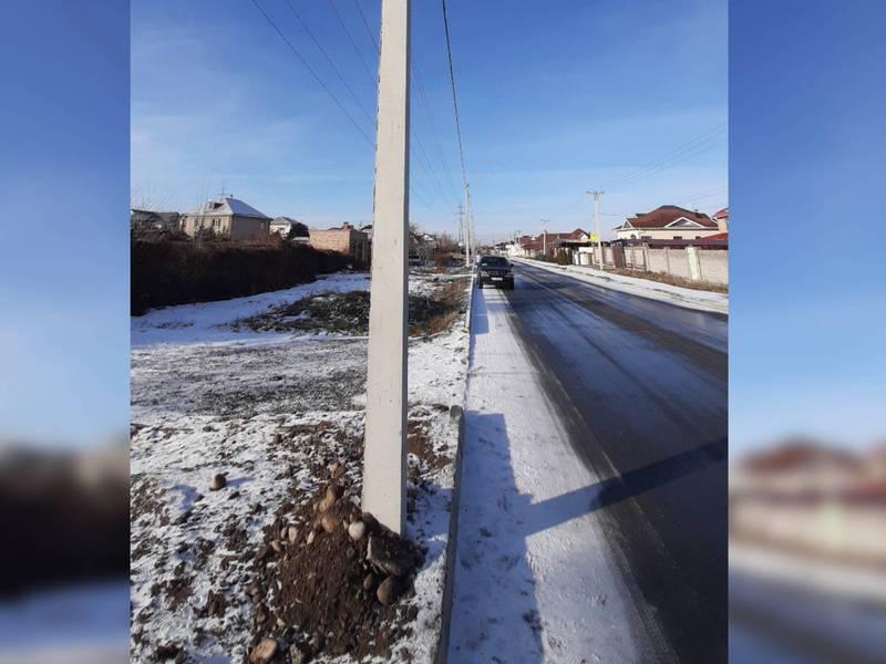В Киргизии-1 водитель снес бетонный столб и в тот же день заменил его