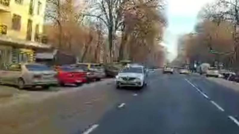 На Московской водитель такси ехал по встречной полосе. Видео
