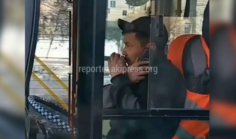 Водитель троллейбуса №10 курит и разговаривает по телефону за рулем, жалуется пассажир (видео)