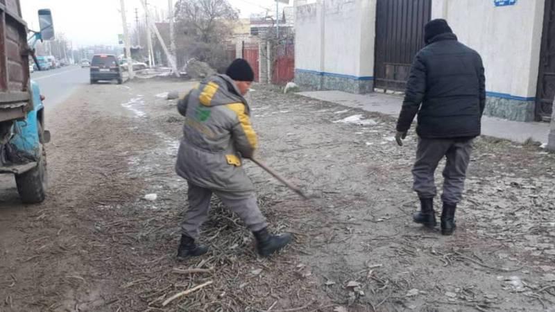 «Бишкекзеленхоз» очистил мусор на обочине дороги на ул.7 Апреля