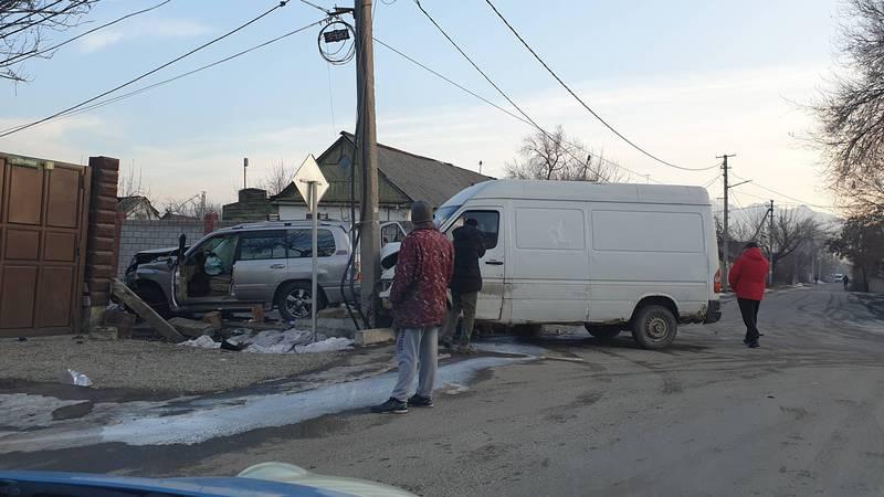 В Бишкеке столкнулись две машины, от удара «Мерседес» врезался в столб. Фото