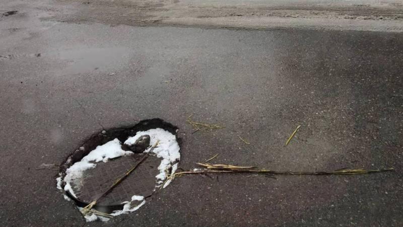 В люк на ул.Жукеева-Пудовкина часто проваливаются машины, - горожанин