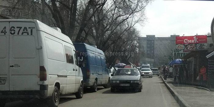 Постоянные заторы и бардак в переулке в 11 мкр, жалуется бишкекчанин