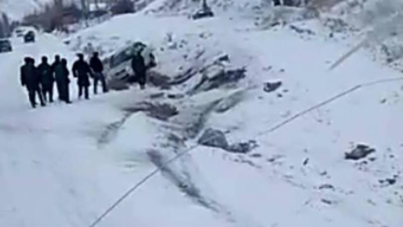 На трассе Исфана-Сулюкта машину занесло на скользкой дороге и она вылетела за обочину. Видео