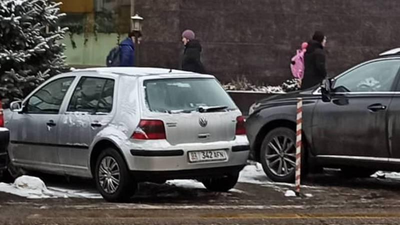 На ул.Гоголя на «зебре» припаркован «Фольксваген», который находится в залоге/аресте