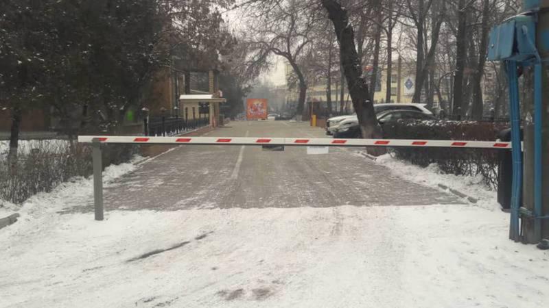 Мэрия ответила на вопрос горожанина о законности установки шлагбаума в парке Панфилова