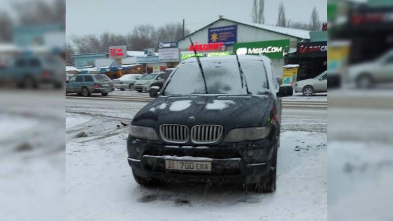 В Беловодском припаркован «БМВ» с номерами 01 KG 700 ERA. Очевидец интересуется, есть ли такая серия номеров?