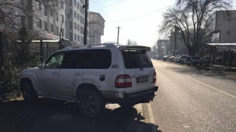 На Горького-Абая нет тротуара, детям опасно ходить по проезжей части дороги. Видео