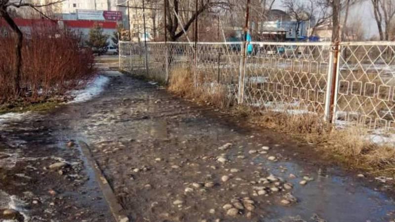 Бишкекчанин просит заасфальтировать тротуар на Токомбаева–Жукеева-Пудовкина