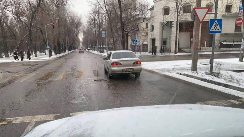 На бульваре Эркиндик водитель «Тойоты» нарушил ПДД. По Carcheck за машиной числятся 5 штрафов