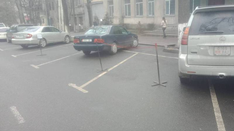 Бишкекчанин: Как выяснить, законно ли огорожена парковка?