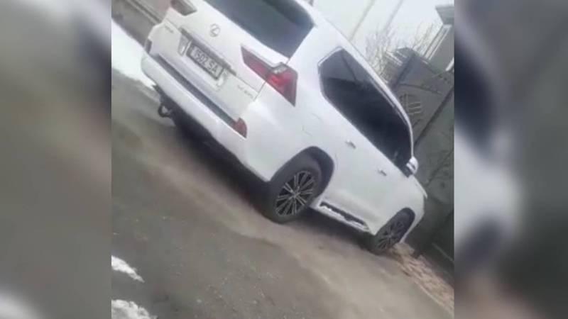 В жилмассиве Ынтымак припаркован полностью тонированный «Лексус», возможно, с подложными номерами. Видео