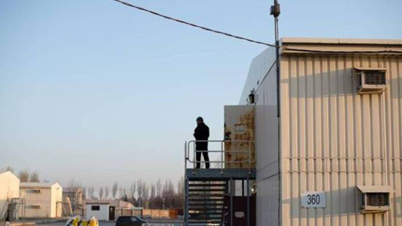 COVID-19. Парню, находящемуся на карантине на бывшей американской базе, родственники доставили телевизор