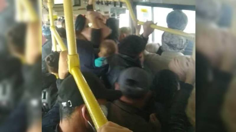 Из-за отсутствия маршруток в Бишкеке автобусы и троллейбусы забиты. Фото