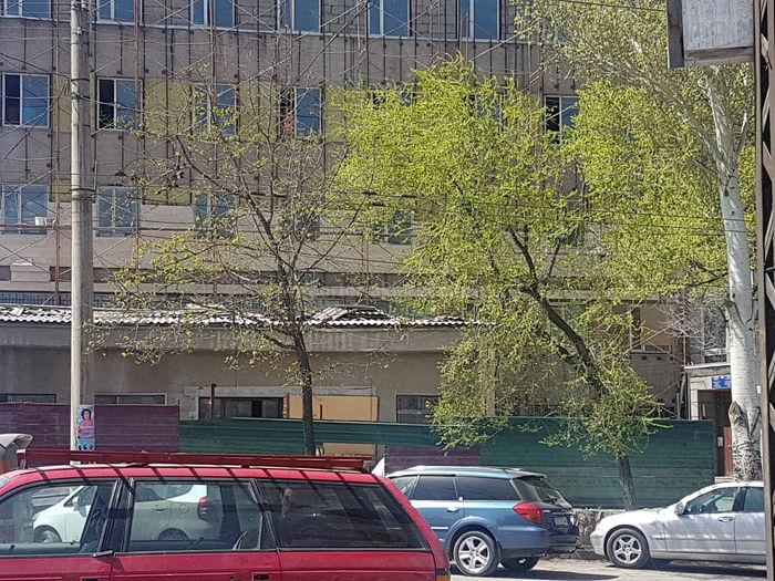 Житель интересуется законностью обшивки травертином 4-х этажного здания УГНС Аламединского района (фото)