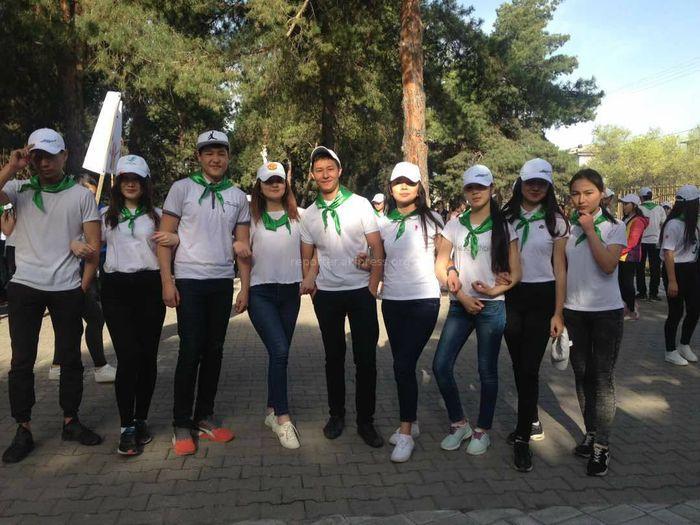 В парке Ататюрка в Бишкеке ученики повесили скворечники и провели флешмоб (фото)