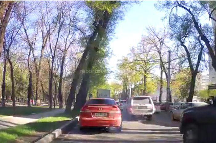 В Бишкеке на бульваре Молодой Гвардии машина сильно дымила (видео)