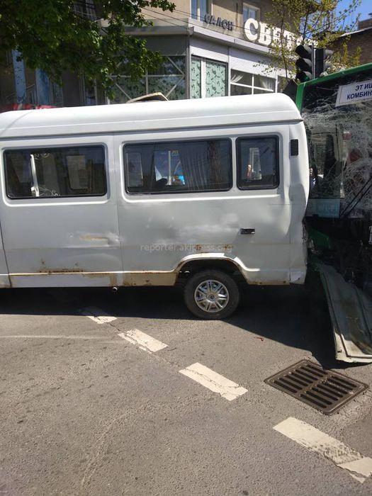 В центре Бишкека столкнулись микроавтобус и троллейбус, есть пострадавшие <i>(фото)</i>
