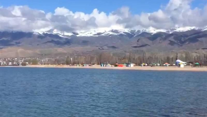 Шум волн, пустынный пляж и снежные горы. Видео озера Иссык-Куль