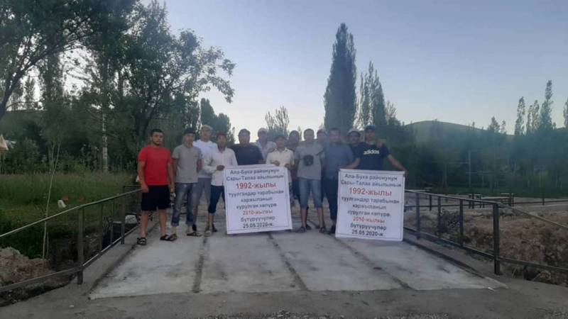 Выпускники школы села Сары-Талаа на свои средства построили мост для односельчан. Фото